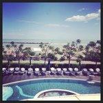 Vista piscina e mare dalla suite