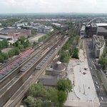 Vista da ferrovia da Deutz Bahnhof (estação de trem de Deutz). Ao fundo, à direita, Arena do Lan