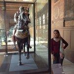 Próximo a entrada, as armaduras medievais