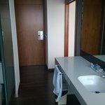 Acceso a habitación y detalle del baño