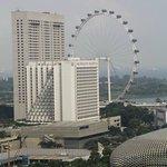 Вид из окна:колесо обозрения Singapore Flyer, Отели Pan Pacific и Mandarin Oriental
