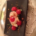 Entrée - gamberi in insalata di pomodori pachino, sedano e cipolle