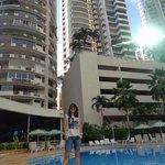 Vista desde la piscina hacia el hotel