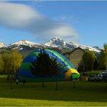 décollage des montgolfières depuis le parc de l'hotel