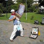 """El Payasito de Recoleta, un simpático personaje de la plaza frente a """"La Biela"""""""