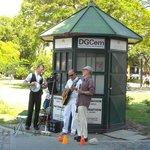 "El Jazz con ""Adrián Blasetti & Jazz Friends"" frente al cementerio."