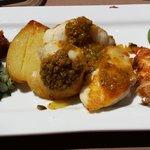 Lotte com vinagrete de legumes e camarões