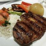 Ancho com arroz e parrillada de legumes