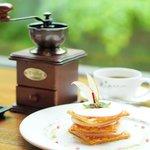 ホテル自慢のりんごのミルフィーユと自分で-コーヒーの美味しいこと!!!