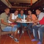 Con amigos de la Conferencia en el bar del Hotel