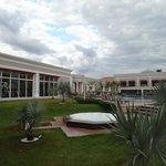 Academia no canto esquerdo, ao fundo piscina e restaurante principal