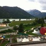 Ausblick auf den See und hoteleigenen Badeteich (zusätzlich zum Schwimmbad)