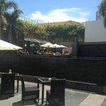 Это терраса на бассейн гостиницы.