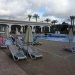 Um 09.00 Uhr alle Liegen mit Handtücher reserviert und kaum jemand am Pool.