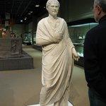 предок (статую Демосфена) и потомок: а как похожи то, только что у первого очков не было