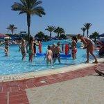 Kinderanimation im Pool
