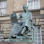 Памятник Дэвиду Юму