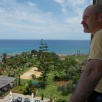 Blick vom Balkon auf die Hotelanlage und Meer.