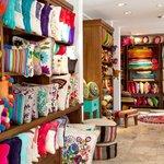 Almohadones bordados a mano y tejidos en telar de Tienda de Costumbres