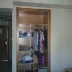 La vision real del armario, con nuestra ropa y con sus perchas