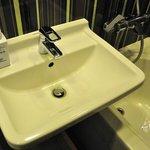 超喜歡大面積洗手台 但重點是恆溫控制的淋浴水龍頭