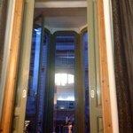 Balcón de la habitación 203. Una terraza dentro de la habitación con más de tres metros de altur