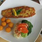 Schweineschnitzel mit Gemüse und Kartoffelbällchen
