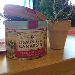 Le saunier de Camargue. Essentiel sur vos tables.