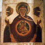 Mosaico estilo bizantino em uma das paredes da igreja.