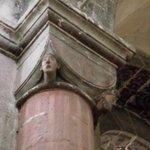 Detalhes em uma das colunas da igreja.