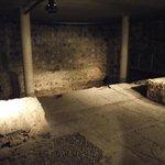 Cripta da igreja. Este local seria a piscina do suposto complexo esportivo romano.