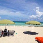 La plage à quelques mètres de l'hôtel avec transats et parasols