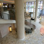 フロントロビーから1階のレストラン入口の眺め