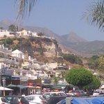 Nerja, Costa del Sol.  Verschiedene Bars und Restaurants am Strand.