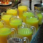 Variedad de zumos de frutas frescas