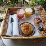 朝食(テラスのテーブルに置いて)