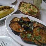 Los entrantes, pimientos rellenos de queso, ensalada de patatas y berenjenas