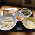 Bセット 米7麦3の麦飯と焼きホッケ、味噌汁と長芋の短冊にフキとコンニャクの煮物