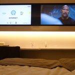 Zwei Flachbild-Monitore für Internet und  TV