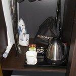 fer à repasser, bouilloire, assortiment de thé, coffre fort