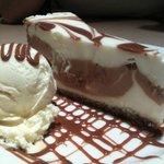 Tarta de queso con dulce de leche y helado