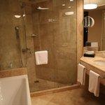 バスルーム バスタブとシャワーが別。