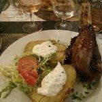 Souris d'agneau confite pomme de terre au four et salade