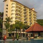 Pemandangan hotel dari kolam renang