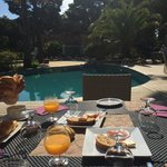petit déjeuner devant la piscine