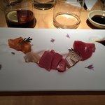 Sashimi variado con toro, atún, salmón y vieira