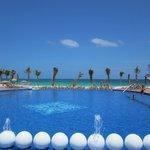 Beautiful infinity pool to looking to beach