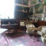Atelier con los sillones originales. Las pinturas son todas reproducciones.