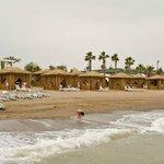На пляже можно отдыхать вот в таких бунгало, естественно платно