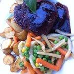 Biedstuk met rode wijn saus, gestoomde groente en aardappeltjes